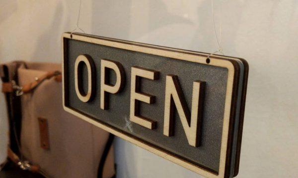 Cartello open per negozio