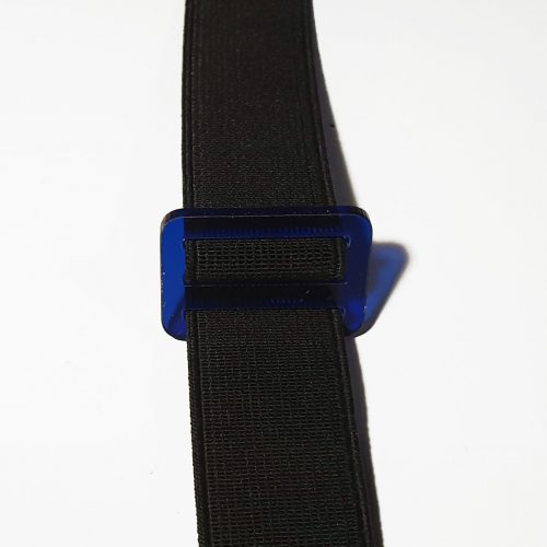 dettaglio passante blu trasparente elastico nero